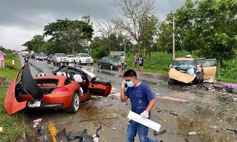 Xe thể thao lao sang làn ngược chiều, đấu đầu ôtô con. Ảnh: Thai Rath