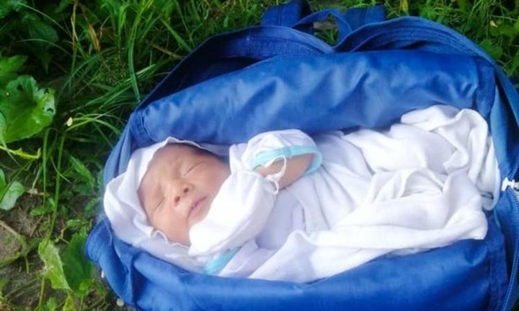 Bé trai sơ sinh bị bỏ rơi trong ba lô ở Norala, thuộc tỉnh Nam Cotobato ở Philippines, hôm 29/6. Ảnh: ViralPress.