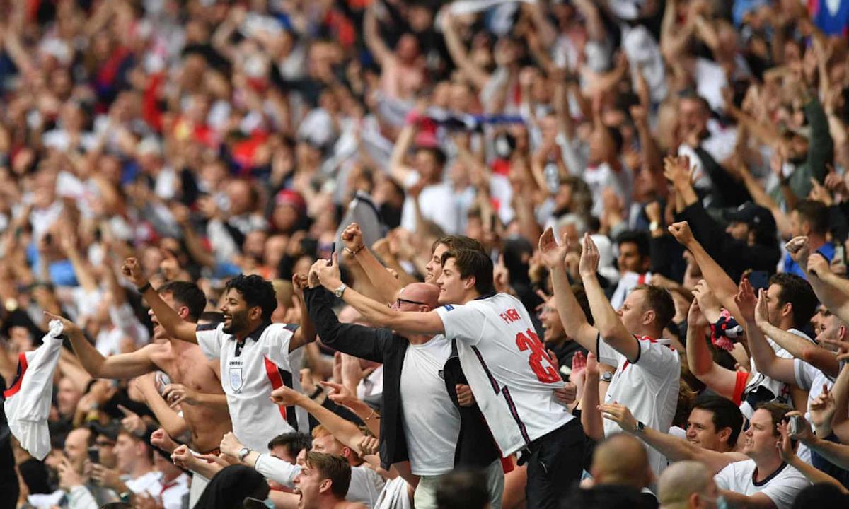 Cổ động viên Anh ăn mừng trong trận tứ kết với Đức ở sân vận động Wembley hôm 29/6. Ảnh: AFP.