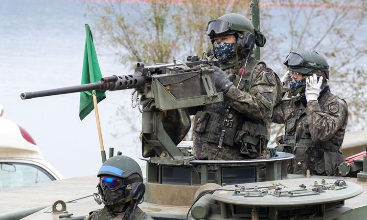 Các binh sĩ Hàn Quốc tham gia huấn luyện tại Yeoju, tỉnh Geonggi, hồi tháng 10/2020. Ảnh: Reuters.