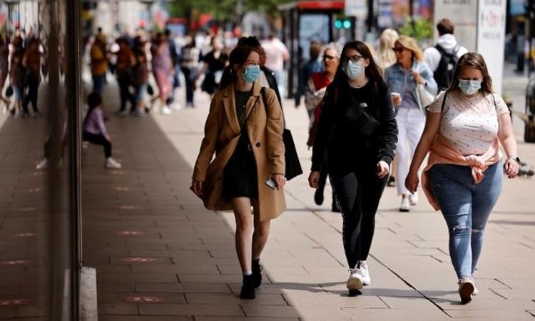 Người dân đeo khẩu trang trên đường phố thủ đô London, Anh, ngày 6/6. Ảnh: AFP.