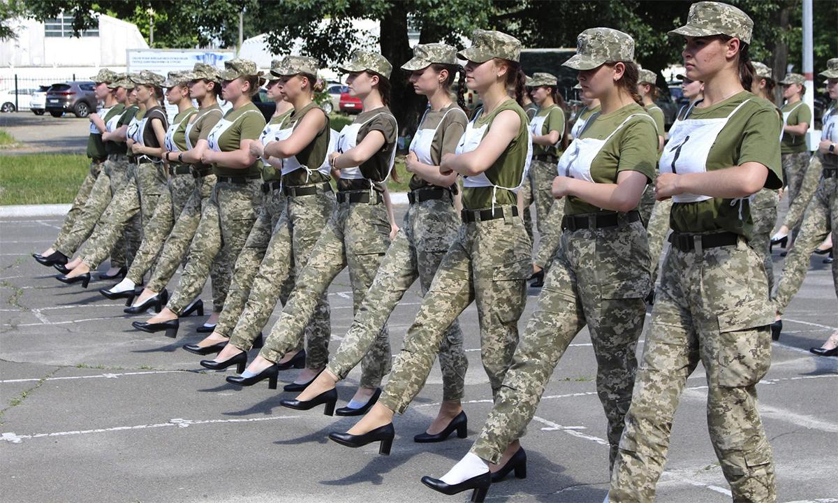 Nữ binh sĩ Ukraine đi giày cao gót tập duyệt binh. Ảnh: BQP Ukraine.