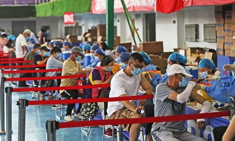 Người dân tiêm vaccine Covid-19 tại thành phố Thẩm Dương, tỉnh Liêu Ninh, Trung Quốc, hồi tháng 6. Ảnh: Xinhua.