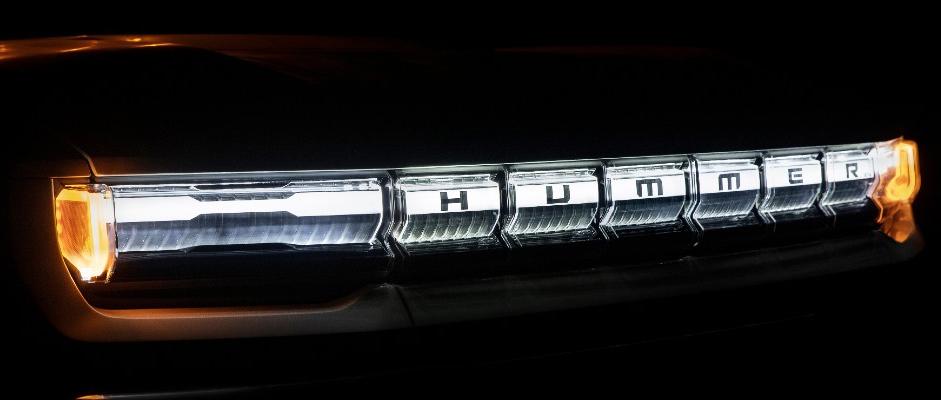 Chữ Hummer hiện rõ trên dải đèn LED. Ảnh: GMC