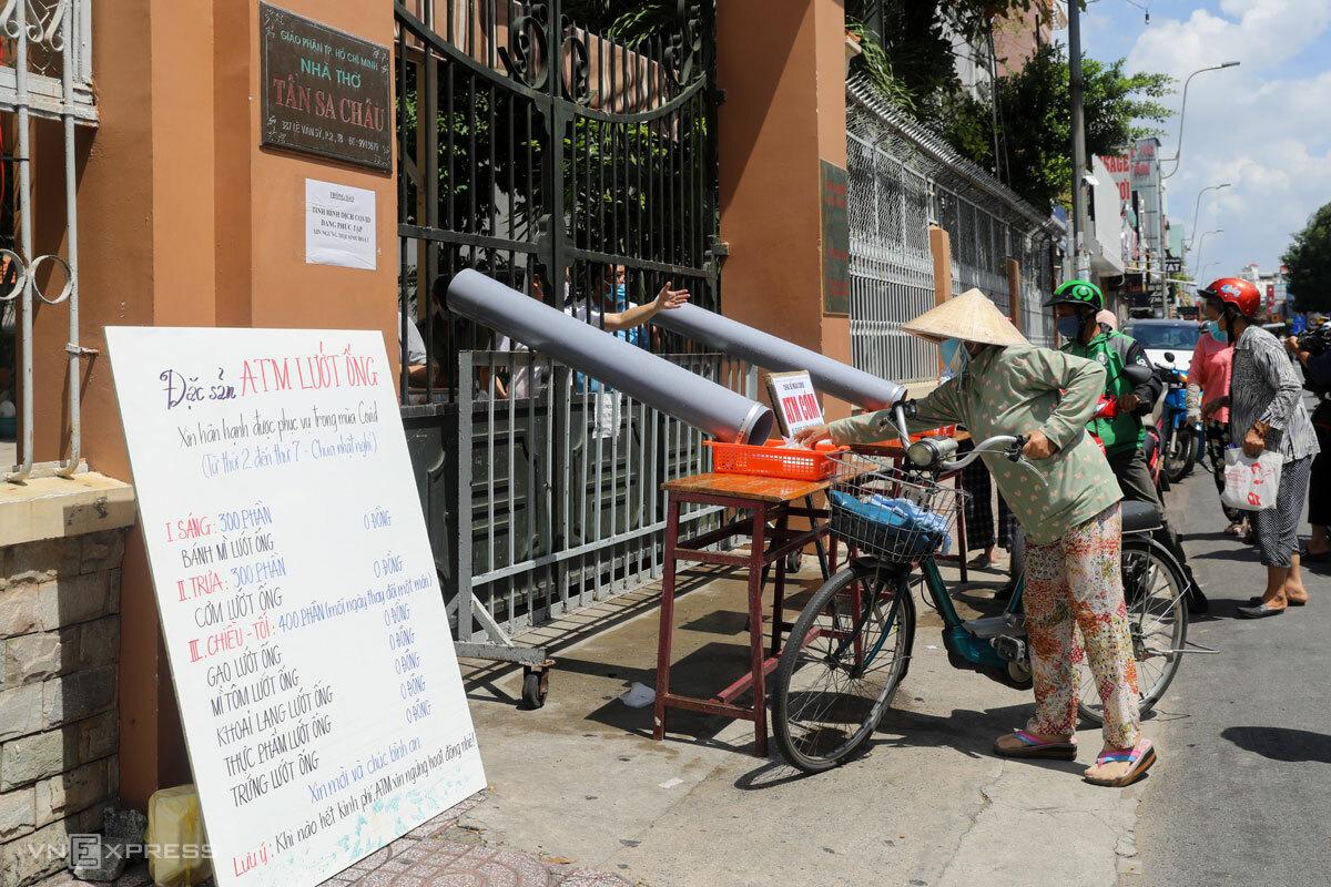 ATM lướt ống dành những suất ăn 0 đồng cho người lao động khó khăn trong những ngày TP HCM giãn cách chống dịch, tháng 6/2021. Ảnh: Như Quỳnh