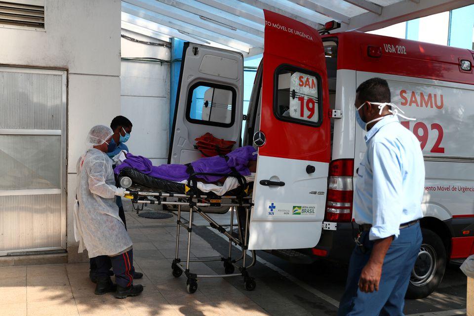 Một bệnh nhân nghi nhiễm nCoV được đưa đến một bệnh viện gần Rio de Janeiro, Brazil, hôm 20/5. Ảnh: Reuters.
