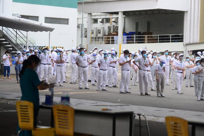 Công nhân của Công ty Nidec Sankyo trong Khu công nghệ cao được lấy mẫu xét nghiệm, chiều 29/6. Ảnh: Quỳnh Trần.
