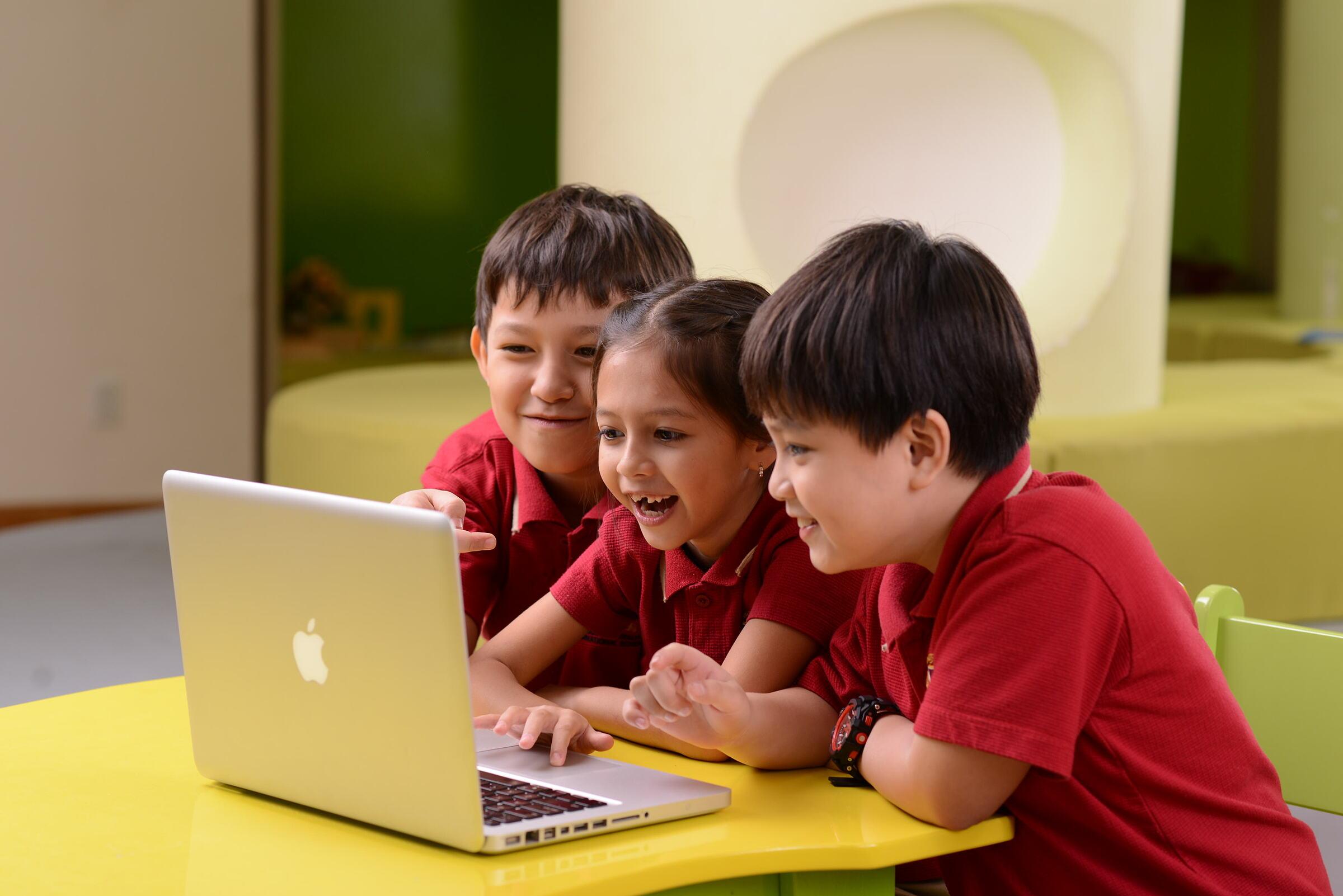 Trẻ được duy trì kết nối với thầy cô, bạn bè trong suốt mùa hè qua các lớp học tương tác trực tuyến mỗi ngày.
