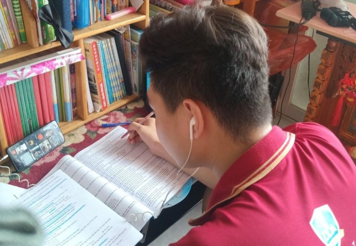 Một nam sinh TP HCM ôn thi tốt nghiệp THPT trực tuyến hồi tháng 6. Ảnh: Trần Minh.
