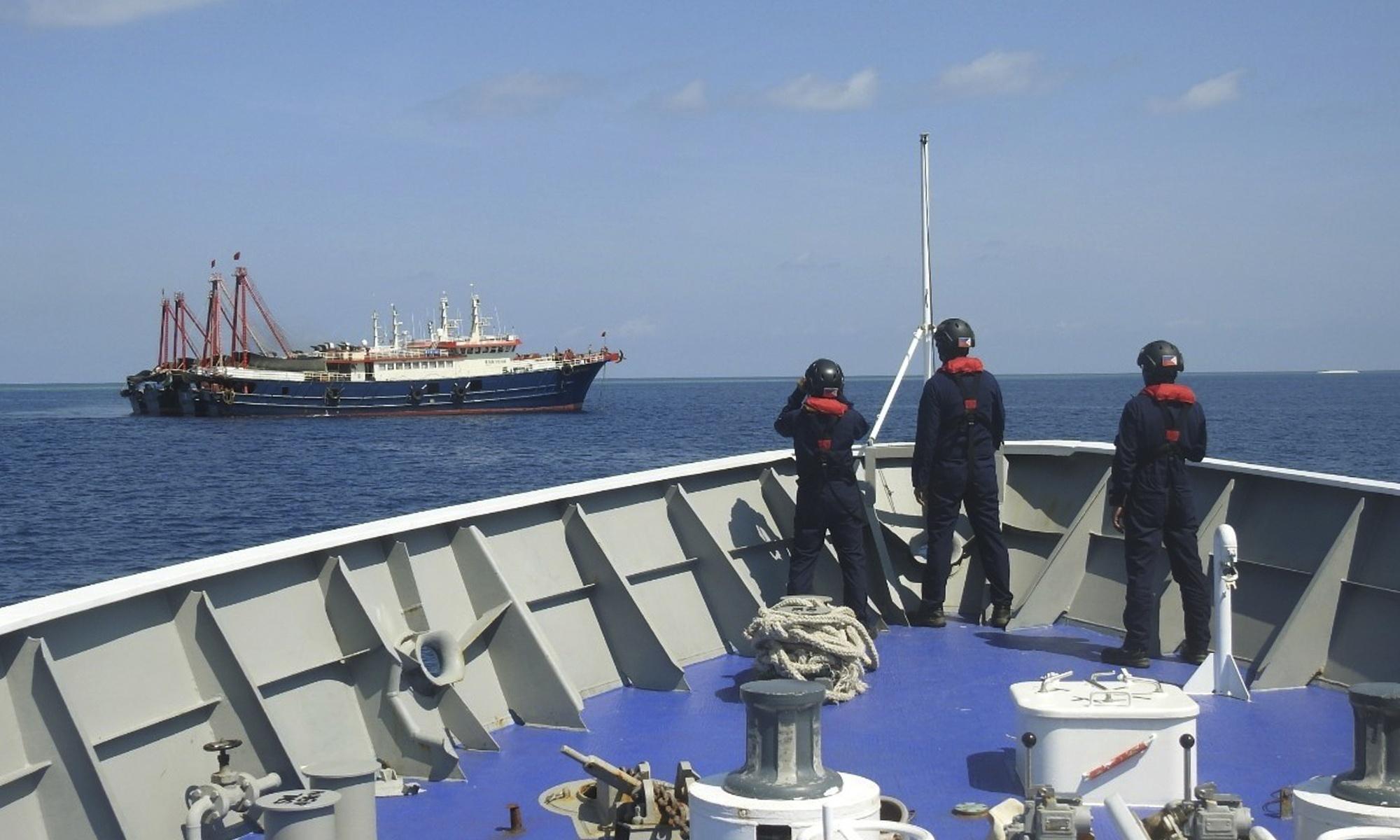 Tuần duyên Philippines theo dõi tàu cá nghi thuộc lực lượng dân quân biển Trung Quốc trên Biển Đông vào tháng 4. Ảnh: AP.