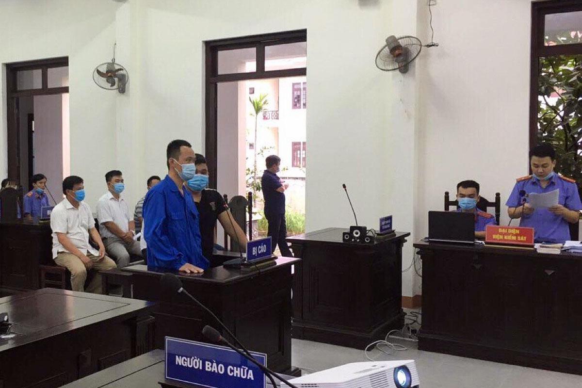 Bị cáo Tuấn (áo xanh) và Trung tại phiên xét xử chiều 6/7. Ảnh: Nam Em.