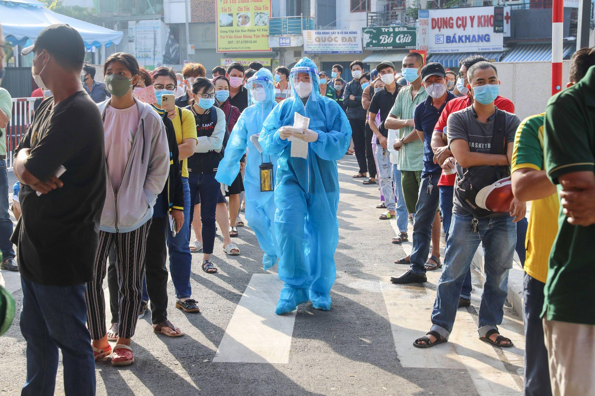 Người dân TP HCM xếp hàng chờ xét nghiệm Covid-19 tại bệnh viện Quân y 175 (quận Gò Vấp), ngày 6/7. Ảnh:Quỳnh Trần.