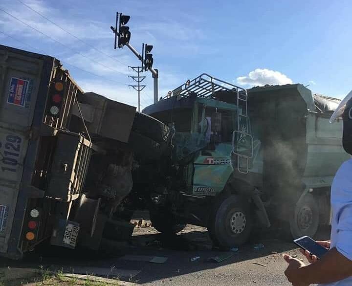 Hai xe tải đâm vào nhau, một xe lật...