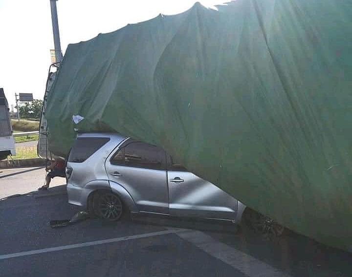 Xe tải đổ đè bẹp chiếc SUV. Ảnh: Facebook/OF