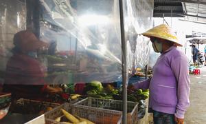 Chợ làm vách ngăn mua bán để phòng dịch