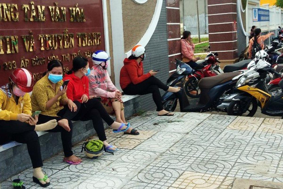 Công nhân Công ty Pouyuen Việt Nam đợi lấy mẫu ở huyện Đức Hoà, Long An, sáng 7/7. Ảnh: An Phương.