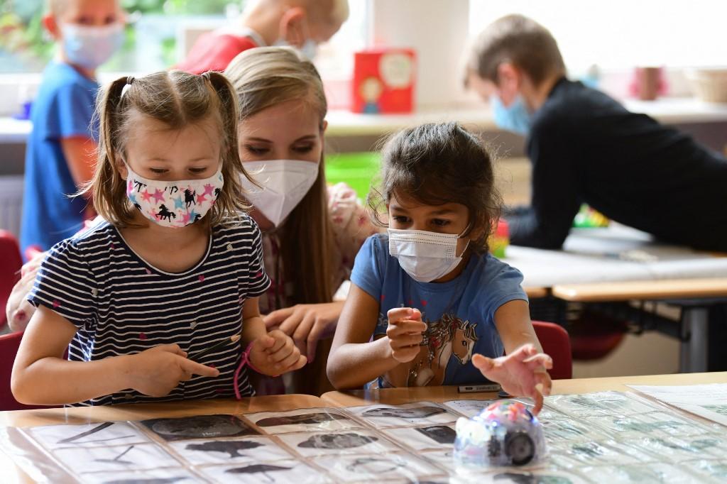 Trường tiểu học tại Beckhum, phía tây nước Đức, quy định học sinh và giáo viên phải đeo khẩu trang trong khuôn viên trường. Ảnh: AFP.