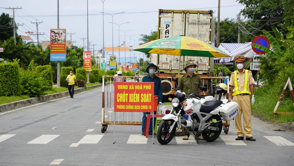 Chốt kiểm soát tại huyện Châu Thành ngày 6/7, xe container, xe tải vào địa bàn phải có xét nghiệm âm tính không quá 3 ngày. Ảnh: Hoàng Nam