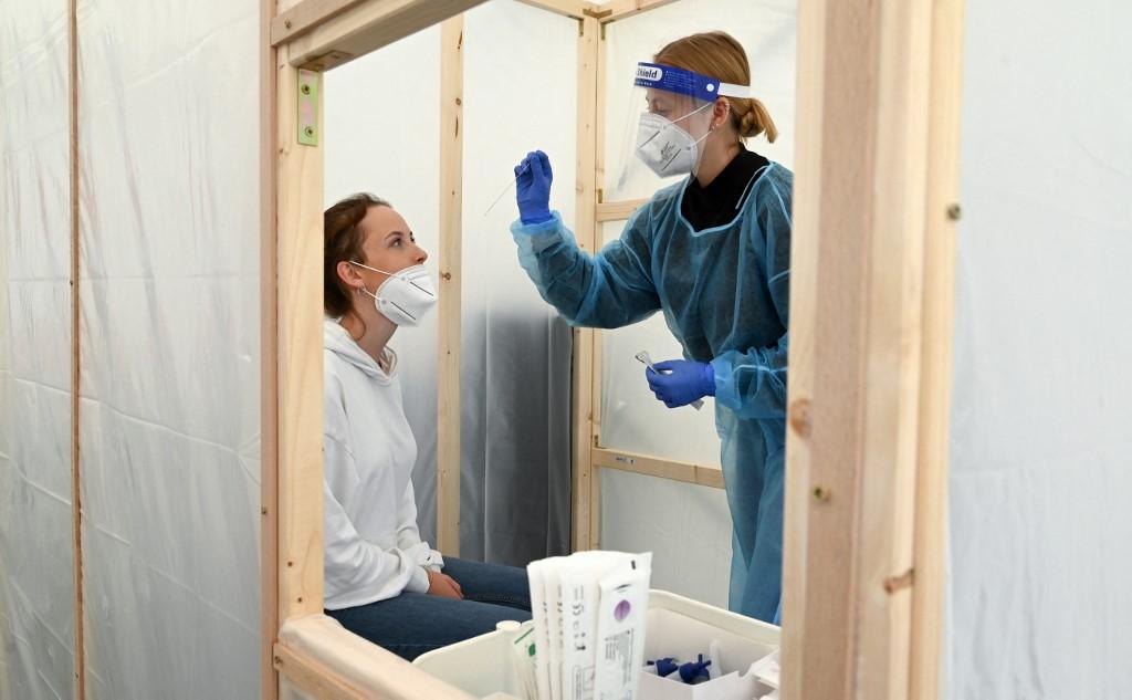 Nhân viên y tế Đức lấy mẫu xét nghiệm Covid-19 tị Herrsching, ngày 5/7. Ảnh: AFP.