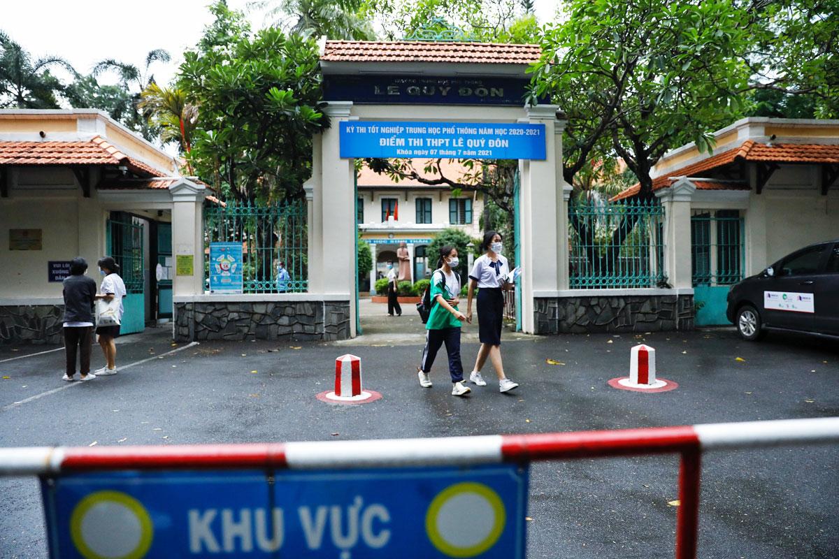 Điểm thi trường THPT Lê Quý Đôn, TP HCM, sau môn thi Văn trưa 7/7. Ảnh: Hữu Khoa.