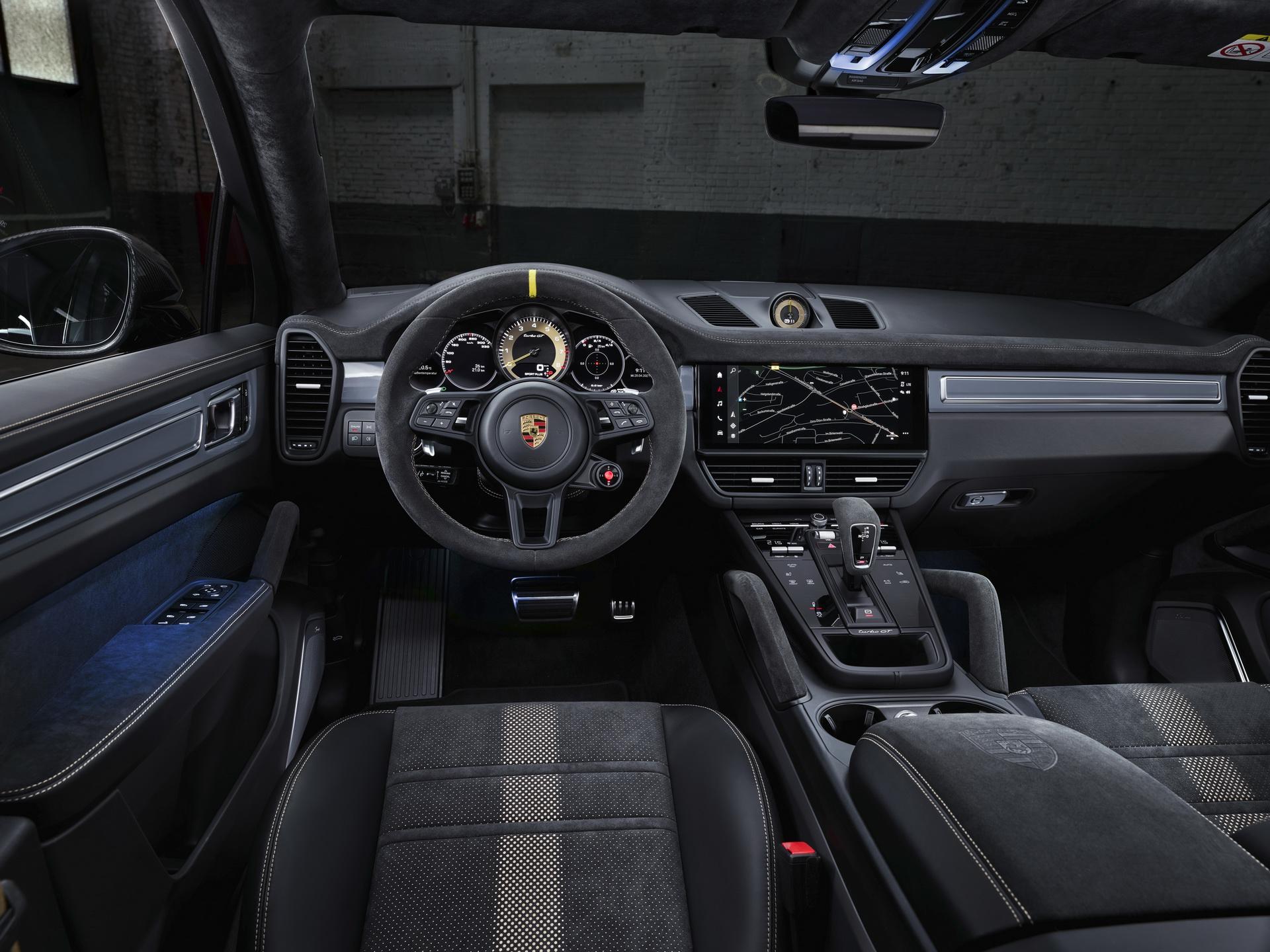 Khoang lái của Porsche Cayenne Turbo GT.