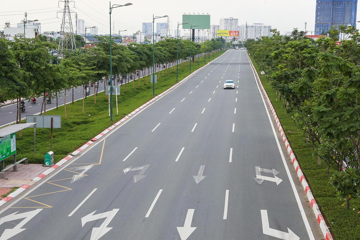 Đường phố Sài Gòn vắng vẻ trong những ngày giãn cách theo Chỉ thị 10. Ảnh: Quỳnh Trần.