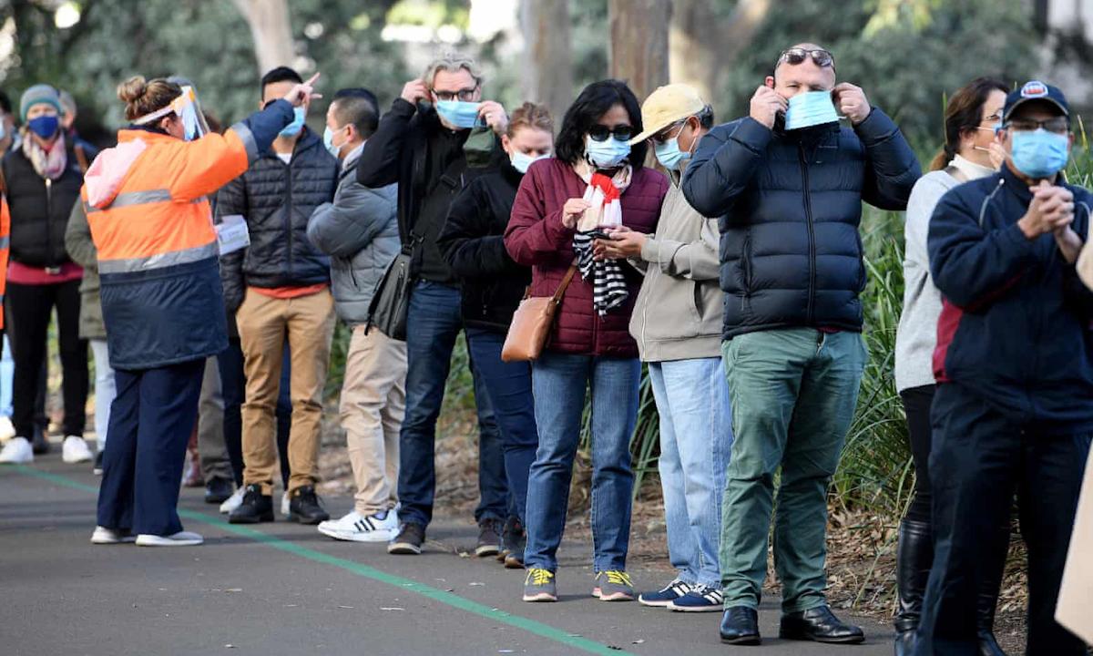 Người dân xếp hàng chờ tiêm chủng tại công viên Olympic ở Sydney hôm 7/7. Ảnh: AAP.