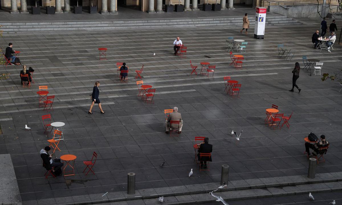 Người dân tuân thủ quy định giãn cách ở bến cảng Circular Quay tại Sydney hôm 22/6. Ảnh: Reuters.