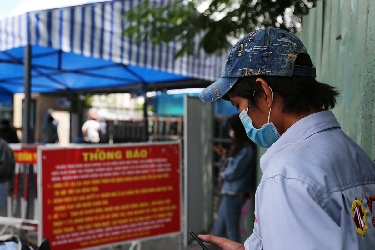 Anh Ngô Xuân Tuấn chờ lấy mẫu xét nghiệm trước cổng Bệnh viện 175, trưa 7/7. Ảnh: Đình Văn.