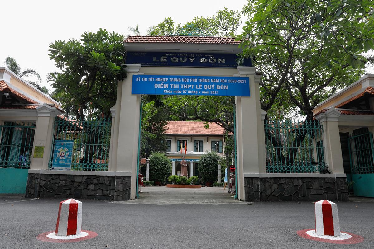Điểm thi trường Lê Quý Đôn sau khi phát hiện thí sinh dương tính, trưa 7/7. Ảnh: Hữu Khoa.