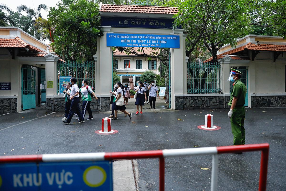 Các thí sinh tại điểm trường Lê Quý Đôn hoàn thành môn Toán, chiều 7/7. Ảnh: Hữu Khoa.