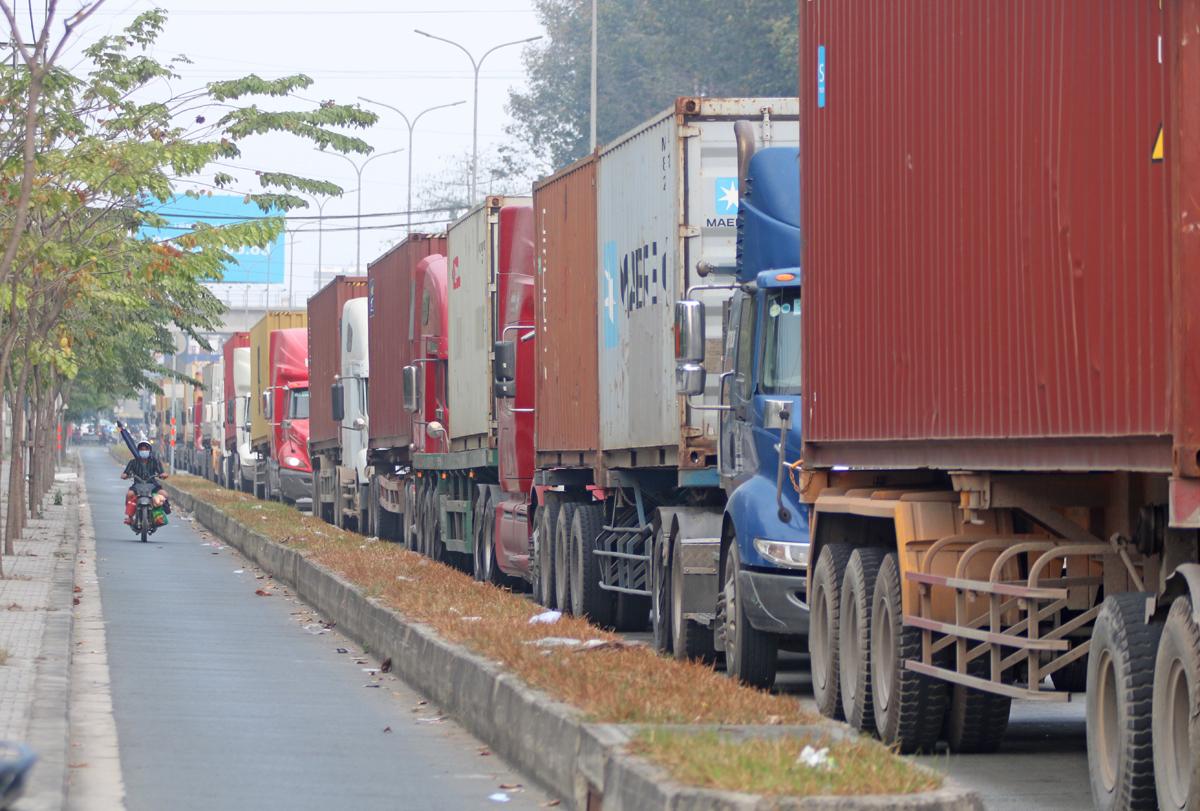Xe container chở hàng vào cảng Trường Thọ, TP Thủ Đức, tháng 2/2021. Ảnh: Gia Minh.
