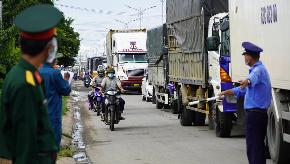 Kẹt xe  1 km tại chốt kiểm soát xã Tân Hương (Châu Thành, Tiền Giang) chiều 8/7. Ảnh: Hoàng Nam