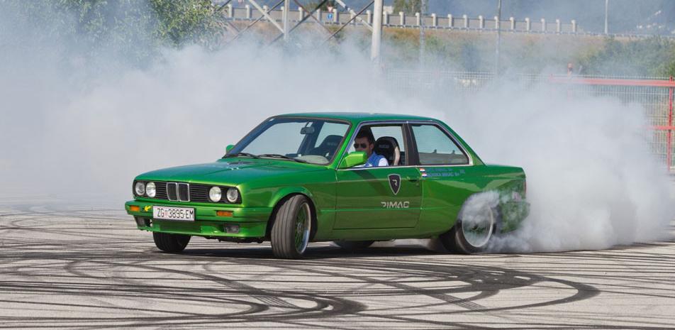 Mate Rimac và chiếc BMW điện vào năm 2012. Ảnh: Vau-Max