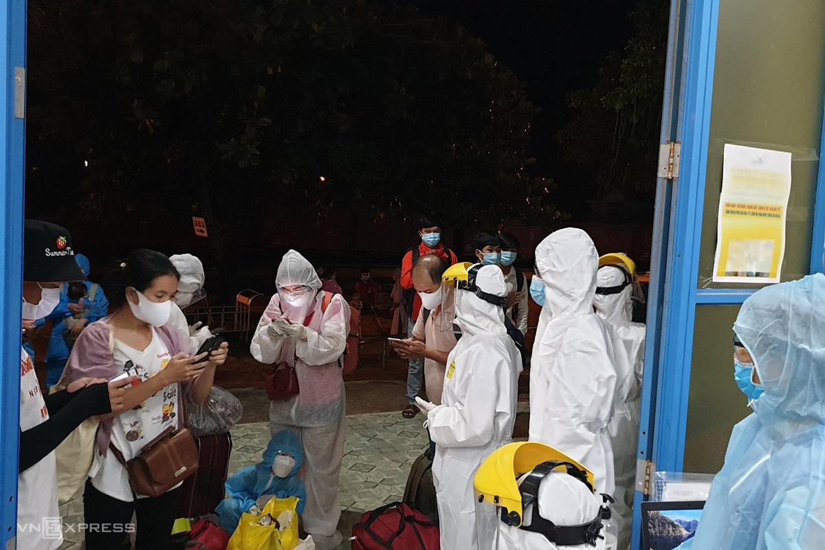 Ngành y tế Quảng Trị đón hành khách quê Thừa Thiên Huế trở về từ TP Hồ Chí Minh đi cách ly. Ảnh: Quang Hà