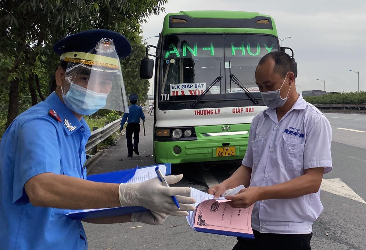 Chốt kiểm soát dịch Covid 19 lưu động của lực lượng thanh tra giao thông Hà Nội (Sở Giao thông Vận tải) tại khu vực đầu đường cao tốc Hà Nội - Hải Phòng, hôm 24/5. Ảnh: Võ Hải.