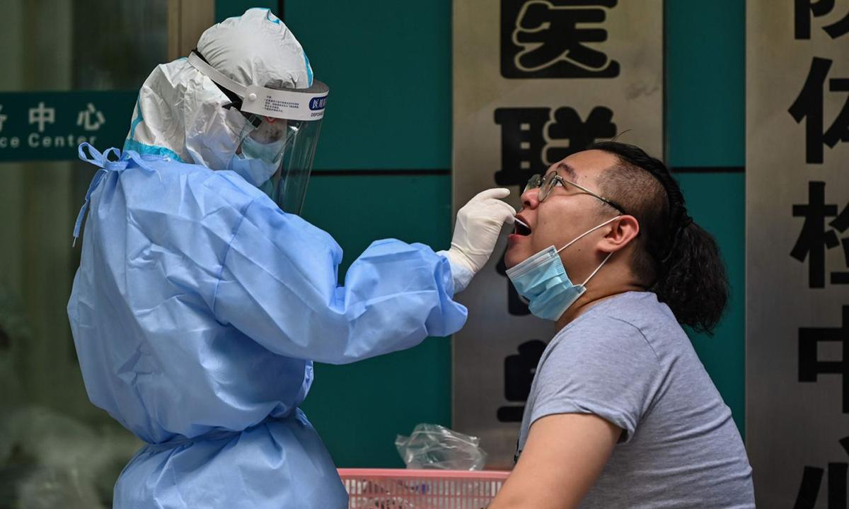 Nhân viên y tế lấy mẫu xét nghiệm Covid-19 tại Vũ Hán vào tháng 5/2020. Ảnh: AFP.