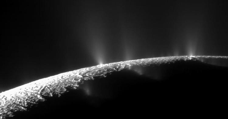 Tàu Cassini chụp ảnh những tia nước khổng lồ phun ra từ bề mặt Enceladus. Ảnh: NASA.