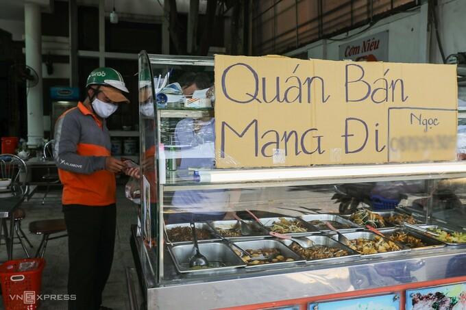 Một quán cơm phần bán mang về tại TP HCM ngày 29/5. Ảnh: Quỳnh Trần.