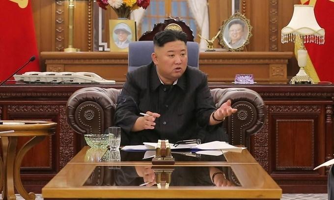Chủ tịch Triều Tiên Kim Jong-un gầy đi đáng kể trong bức ảnh do hãng thông tấn KCNA công bố hôm 8/6. Ảnh: KCNA.