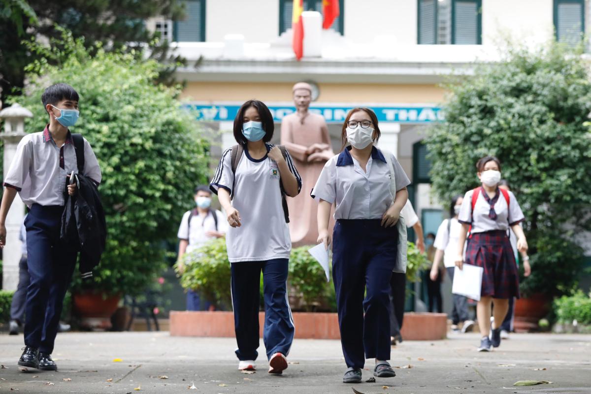 Thí sinh tại điểm thi THPT Lê Quý Đôn, quận 3 trưa 9/7. Ảnh: Hữu Khoa.