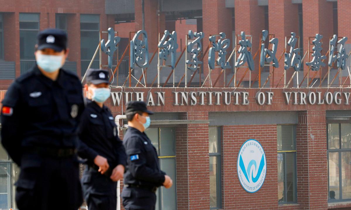 Nhân viên an ninh bên ngoài Viện Virus học Vũ Hán hôm 3/2. Ảnh: Reuters.