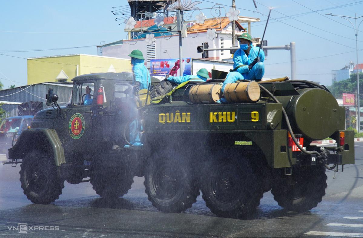 Lực lượng Quân khu 9 phun khử khuẩn trên địa bàn TP Mỹ Tho, tỉnh Tiền Giang. Ảnh:Hoàng Nam.