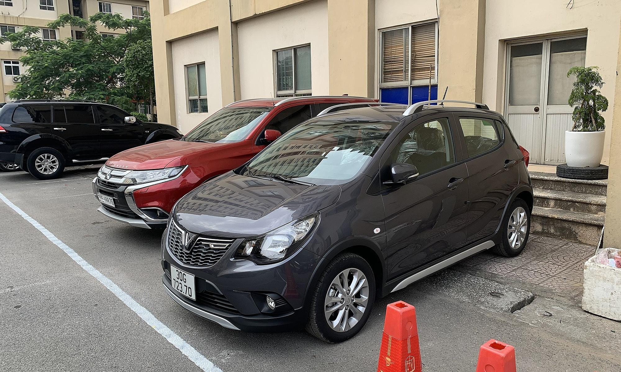 Xe gửi tại bãi xe dưới chân một tòa nhà tại Hà Nội. Ảnh: Đoàn Dũng