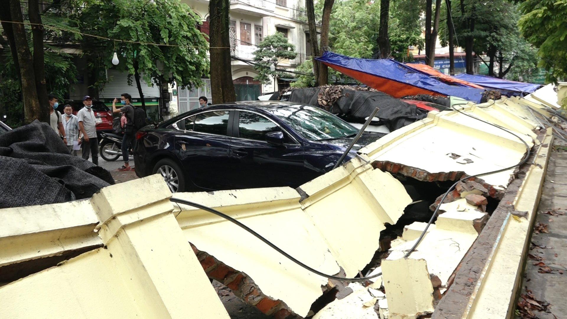 Tường đổ tại một bãi xe ở Hà Nội hôm 8/7. Ảnh: Huy Mạnh