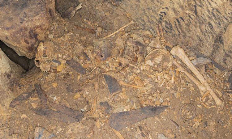 Một số hài cốt và vật tùy táng trong hang Iroungou. Ảnh: P. Mora /Antiquity Publications Ltd.