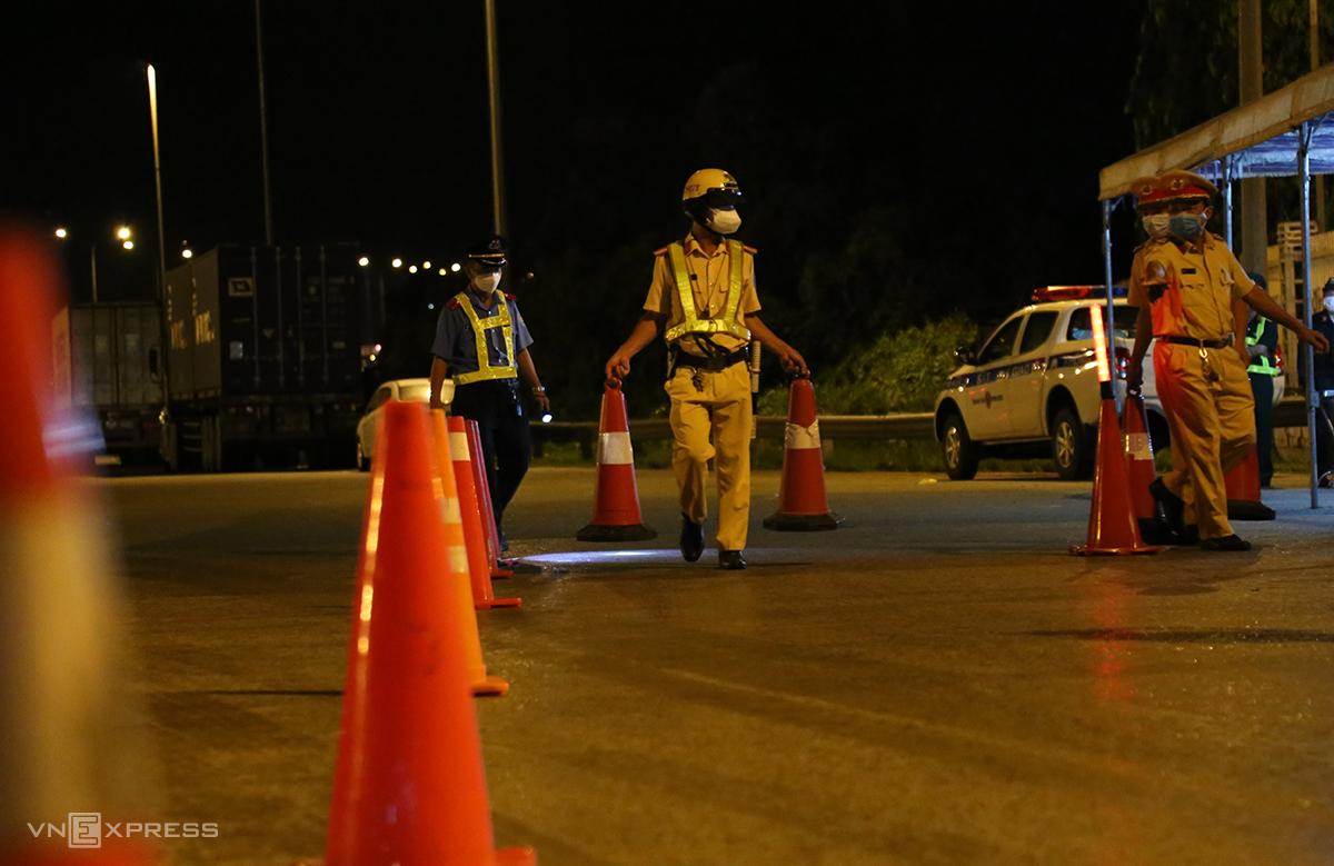 Cảnh sát dựng cọc tiêu lập chốt kiểm soát ở trạm thu phí Phước Long, TP Thủ Đức từ 0h ngày 9/7. Ảnh: Đình Văn