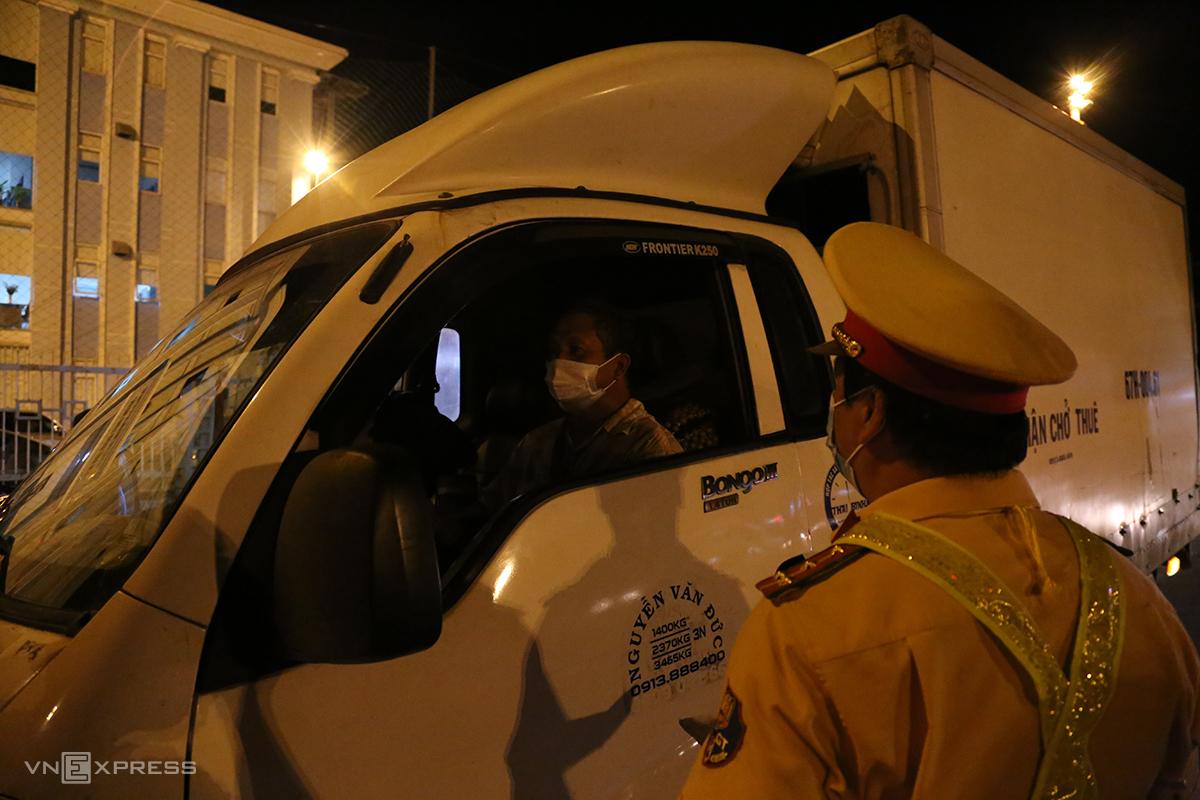 Tài xế Nguyễn Văn Đức bị cảnh sát buộc quay đầu xe vì phụ xe không có giấy xét nghiệm nCoV. Ảnh: Đình Văn