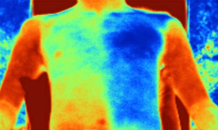Ảnh nhiệt của người mặc áo vest làm từ vải thường (bên trái) và vải siêu mát (bên phải). Ảnh: Science.