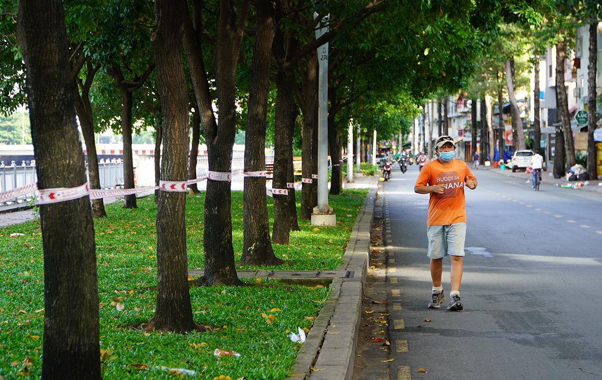 Một người dân chạy bộ dọc kênh Nhiêu Lộc - Thị Nghè, quận 1. Ảnh: Gia Minh.